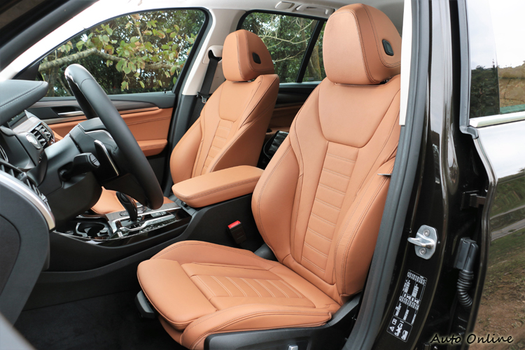雙前座椅包覆性好,有跑車化座椅的等級。