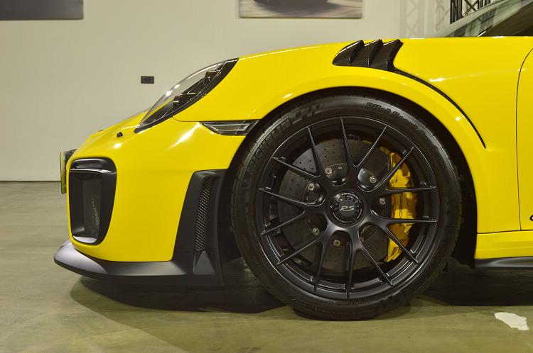 前265/35 ZR 20和後325/30 ZR 21超寬跑胎,是PORSCHE至今為 911 跑車所配置過最寬的輪胎尺寸。