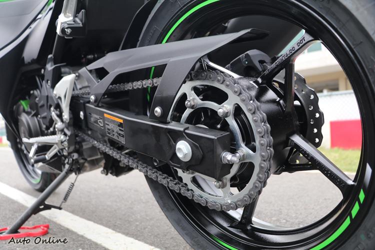 Ninja400採用一體式後搖臂與鍊條傳動配置。
