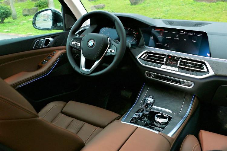 中控台造型上與現行販售BMW車款有很大變革,設計、質感都是進化有感。