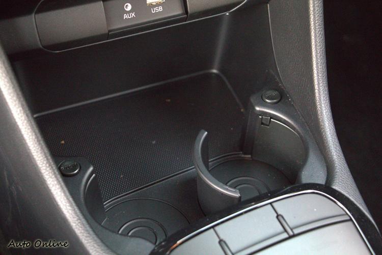 車內不乏可容納雜物的儲物空間,就連杯座也能調整。
