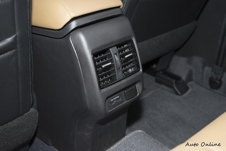 後坐的空調出風口與USB插槽。