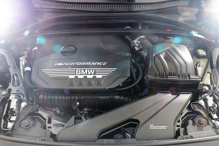 M235i xDrive與M135i xDrive都是搭載一顆由M Power調校的直列四缸2.0升代號B48的渦輪增壓引擎。