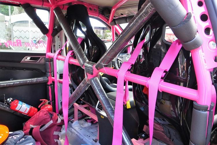 車內最醒目的就是由台北日盛防滾籠李老闆安裝的多點式防滾架,管徑、點數、燒焊方式都符合FIA規範,顏色則是充滿少女心的桃紅色。