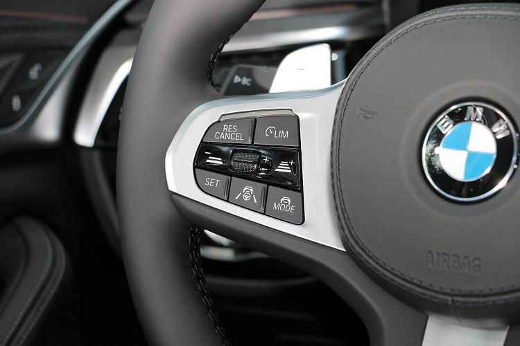 主動安全車距控制與車道維持,現階段為便利系統而非完全自動駕駛功能。