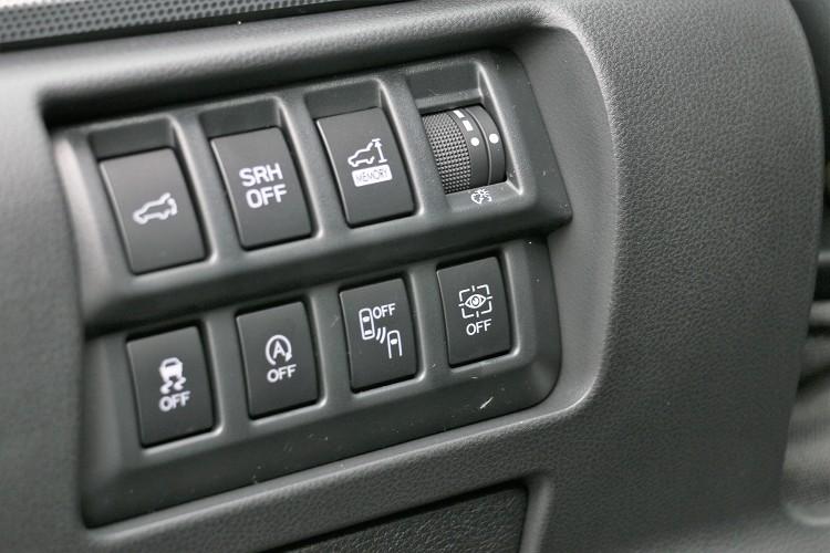 Driver Monitoring System 智能駕駛警示系統的獨立開關在駕駛者左側。