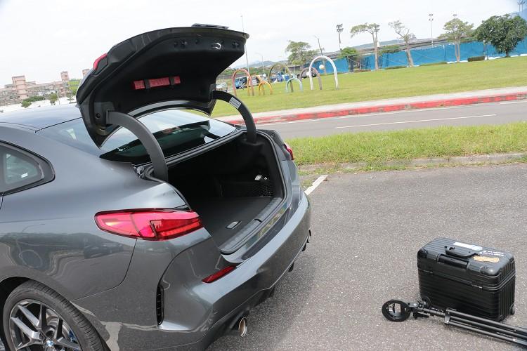 2系列Gran Coupé尾門開啟模式相當特別,行李廂空間正常狀態下有430公升。