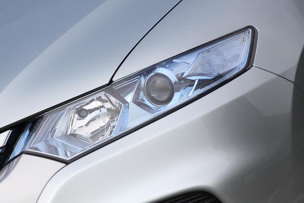 頭燈加上了豪華的HID氙氣頭燈以及方向燈與霧燈外罩的造型修改。