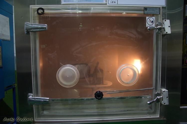 砂塵試驗以揚塵覆蓋燈具,測試是否影響光線照射。