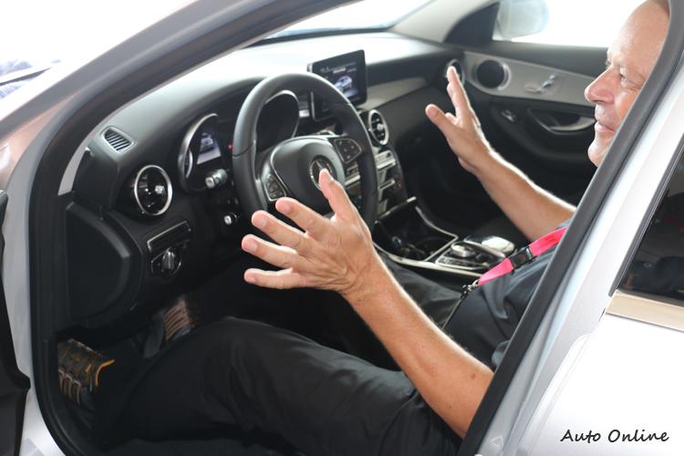 駕駛姿勢往往決定駕駛風格,教練不厭其煩提醒常犯的錯誤。
