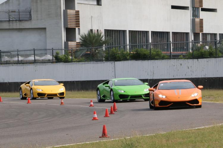從前方教練駕駛的橘色LP610-4,和後方2輛LP580-2作比較,可以看出兩者保險桿造型有所差異。