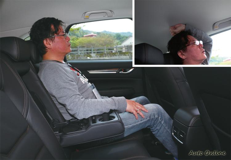 後座坐進177cm乘客腿部距離椅背,以及頭部和車頂都留有充裕的空間。