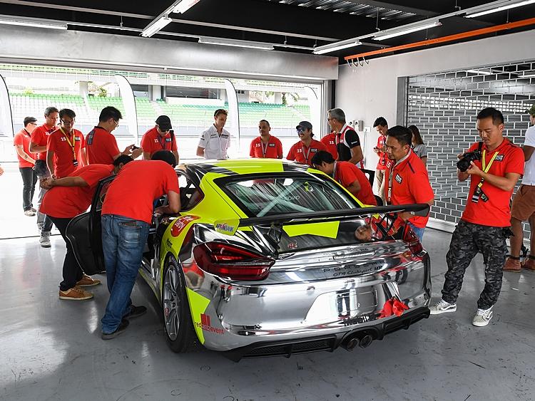 帥氣的Cayman GT4 Clubsport一露臉,眾人馬上上前一探究竟。