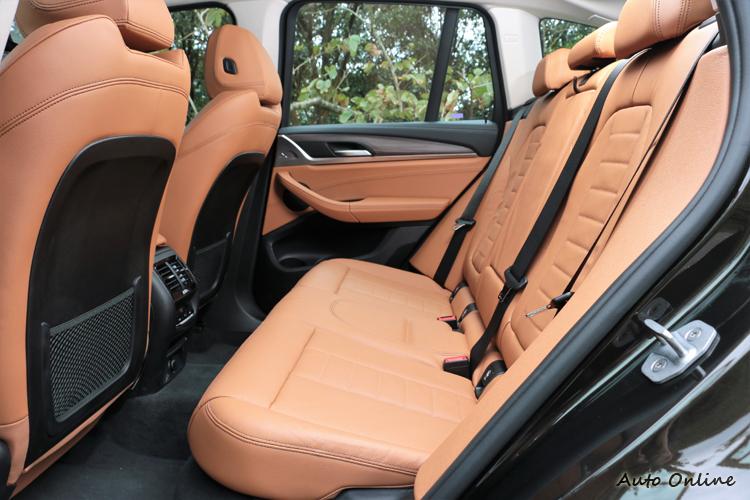 受到車身尺寸放大後的效果,後座空間寬敞得宜。