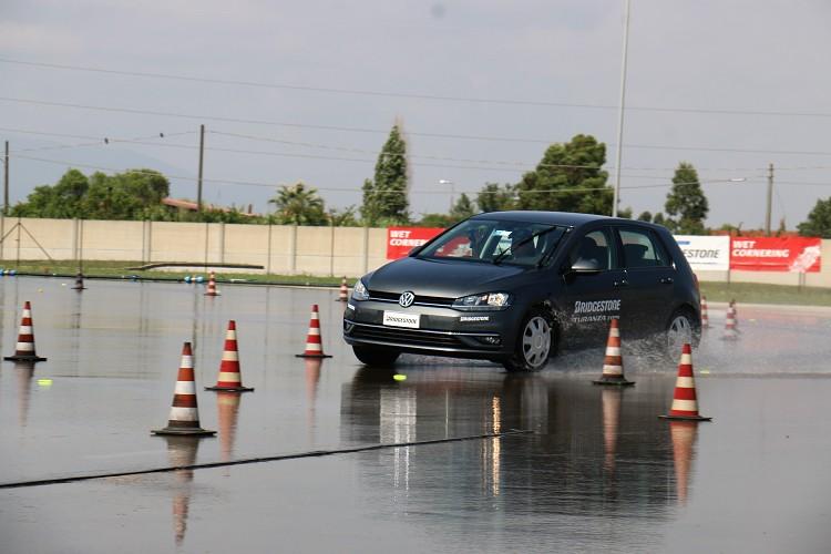 來到下一關同樣也是濕地,場地布置趨近於一般道路環境,有彎道、有積水、有行人或者腳踏車衝出突發狀況以及緊急煞停。