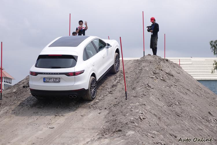 越野訓練課程全部採用新一代Cayenne,透過車上配置的各個駕駛輔助功能來跨越障礙。