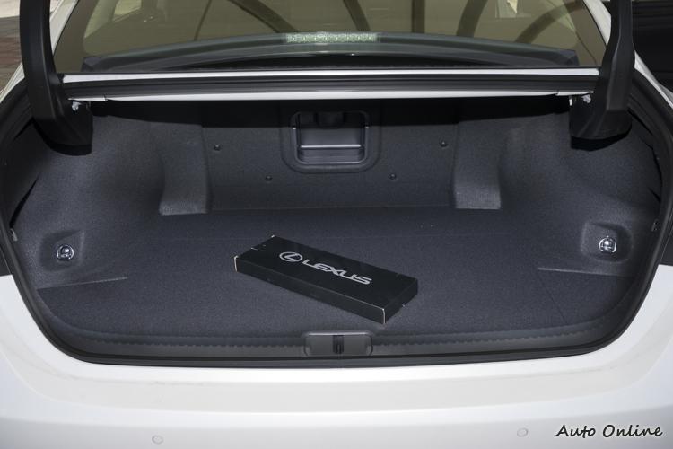 行李廂有454公升空間,且配備腳踢感應式行李廂蓋。