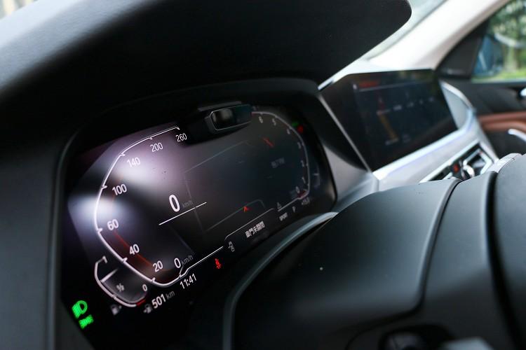 有兩具12.3吋螢幕,一具作為儀表使用,另一具則是搭配全新iDrive7.0系統。