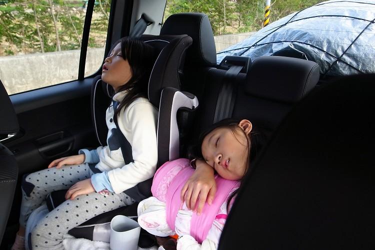 遇到不平路面或者坑洞,反應出硬梆梆的彈跳,還好我們後座坐的是小朋友,什麼是舒適的乘坐體感也不是很在乎,一上車就能睡到目的地。