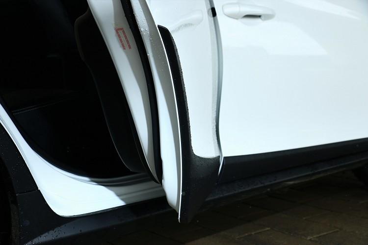 從車門邊可發現,越野套件是直接加裝於元鈑件外,算是種快速改變車身造型之手法。