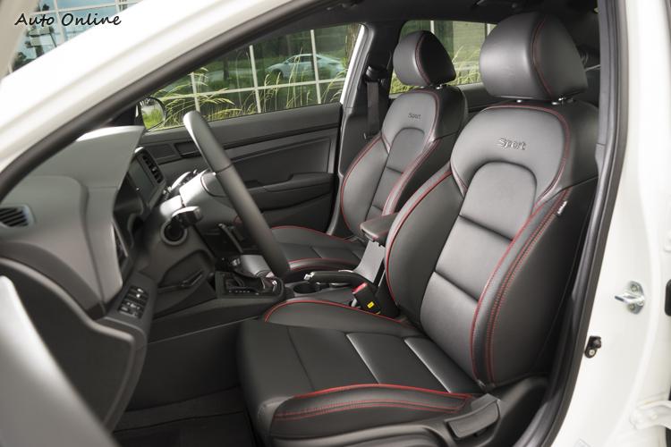 前座跑車式座椅提供較好的兩側包覆。