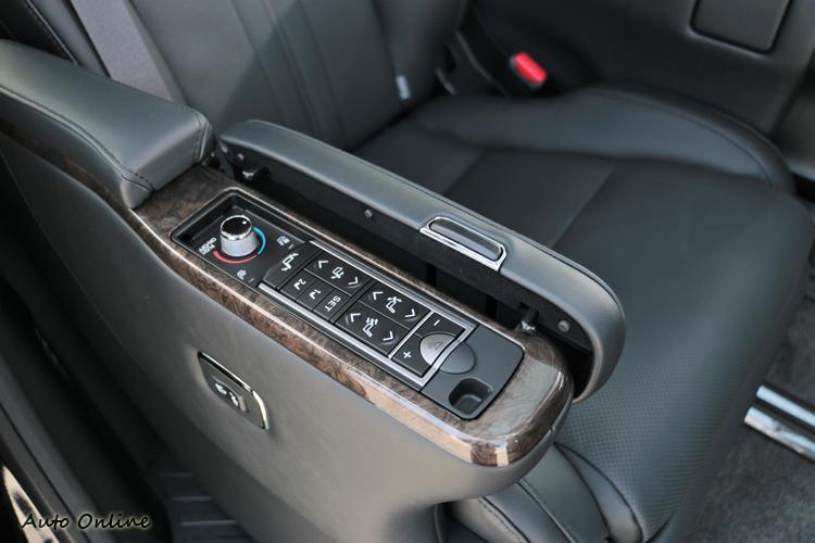 座椅的操作在右邊的扶手下,除了座椅調整之外,加熱座椅也是從這位置去做控制。