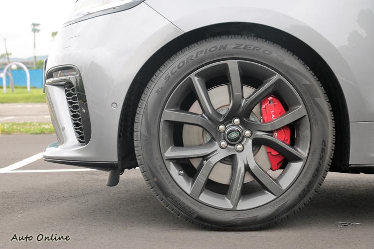 煞車系統升級到前395mm、後 396mm 直徑的煞車碟盤,搭配紅色四活塞卡鉗。