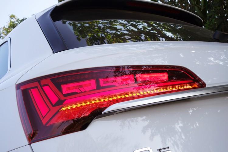 OLED尾燈組不只燈光展演效果吸睛,後車警示功能也有助於行車安全。