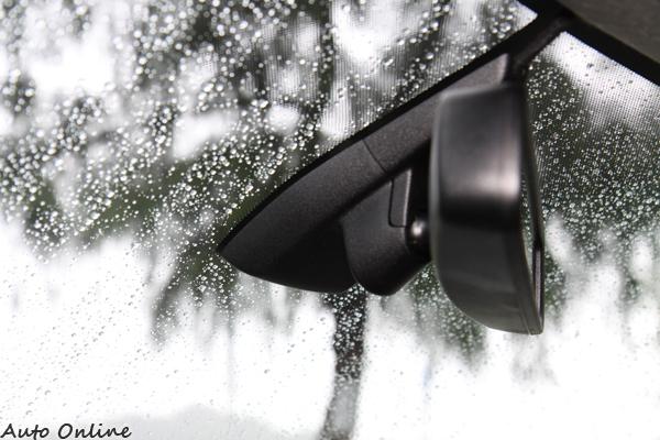 雨刷自動調整快慢,駕駛不用分心去留意大雨還是小雨,也屬於標準配備。