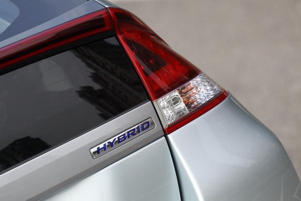 三角形的特殊造型尾燈以LED光源設計,2012年式Insight以燈殼燻黑處理加入年輕的運動化元素。
