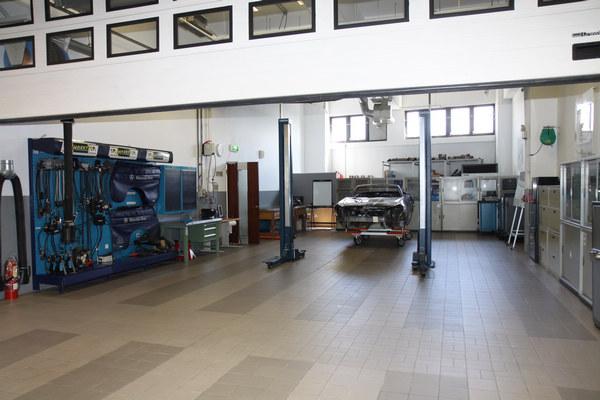 關於鋁合金結構如何進行維修,原廠特別以SLK讓技師實際操作。