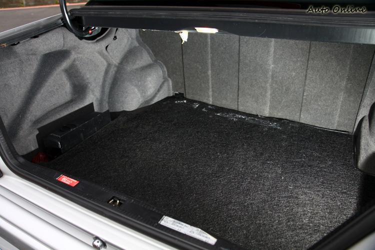 後行李廂空間方正,高爾夫球具兩組都不是問題。