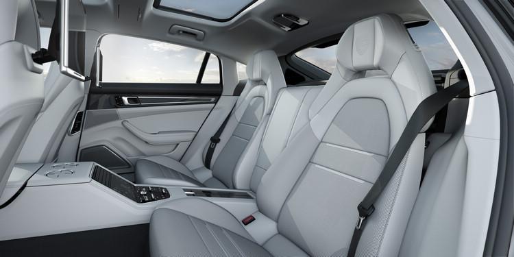 長軸版車型提供更尊榮寬敞的後座禮遇,共有三種動力引擎可以選擇。