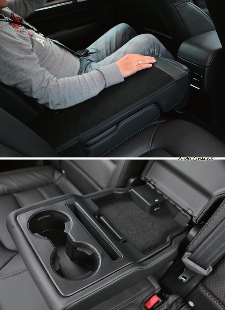 後座中央扶手內藏有兩個USB充電槽,放下中間椅背也可利用作為大型休息扶手。