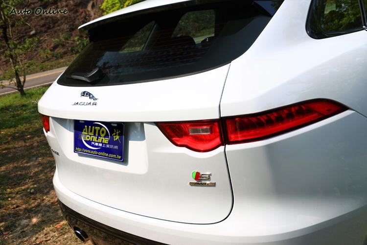 尾燈造型與F-Type相似,有專屬S與AWD字樣銘牌。