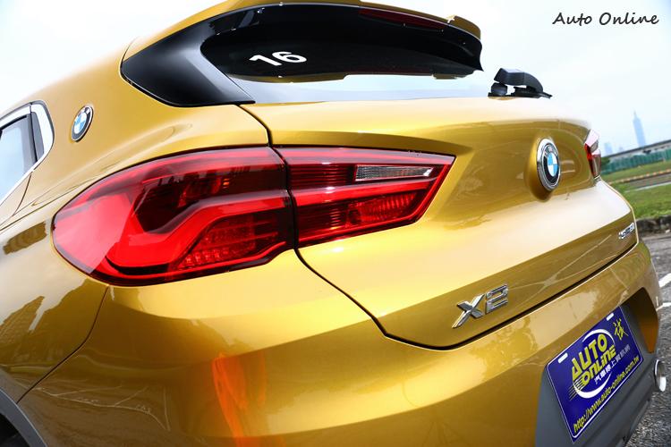 扁平的車尾燈,內部都為LED光源,低扁的車尾營造出跑車的韻味。