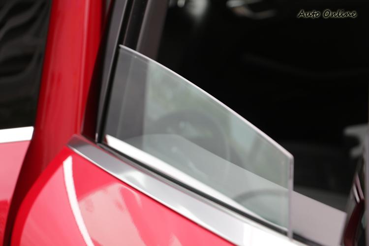 受限於造型設計,後窗玻璃最多只能下降大約三分之二。