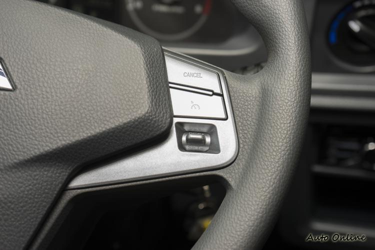 方向盤提供音響與定速巡航功能鍵。