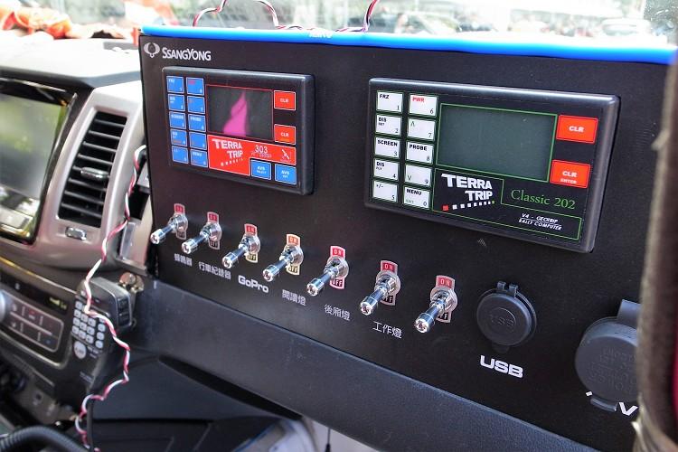 副駕駛前方則安裝最重要的拉力電腦,它是副駕駛比賽時的眼睛,螢幕上所顯示的里程與路書對照後,再報給正駕駛前方的路況特徵。