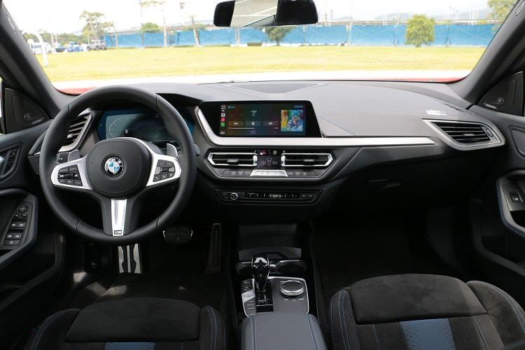 中控台由兩個10.25吋螢幕建構起來,駕駛者前方為虛擬位數儀表板,中間位置則是影音系統觸控螢幕。