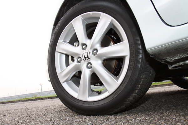 七輻式放射狀185/55R16鋁圈,對於Hybrid車款鋁圈大小剛好,不重拖又兼顧省油。