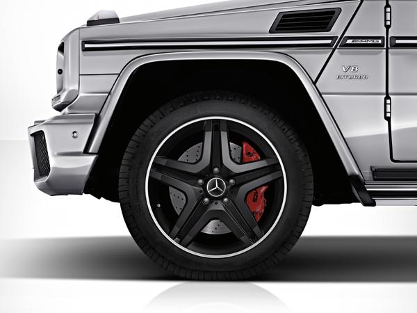鮮紅色的AMG煞車卡鉗,好殺!