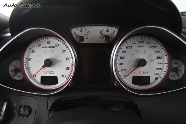 R8 GT的儀表還蠻樸實的,不過這類跑車應該專注看儀表的機會也不大就是了。