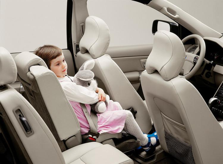 第一代XC90上面的整合式座椅更先進,還能向前移動貼近前座椅背,達到更好的防護效果。
