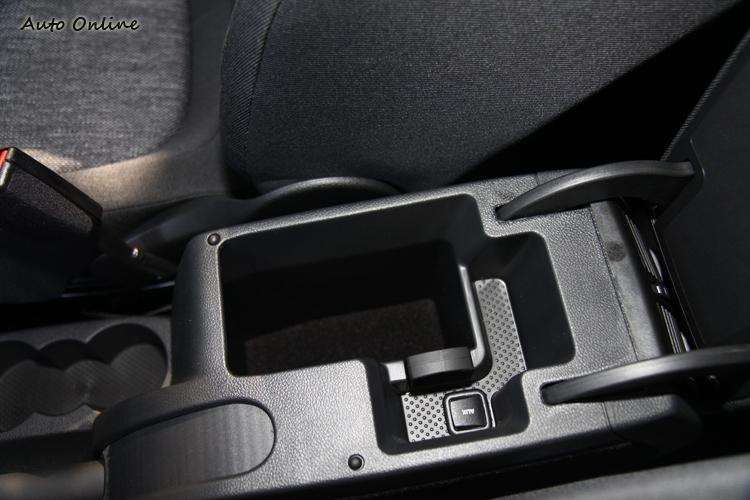車內有許多收納空間,隨身物品輕鬆放,展現Simply Clever設計思維。