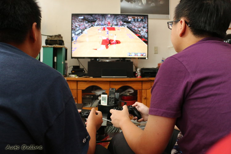 只要準備兩支手把,即使沒有連上網路,也能與朋友在家中對戰。