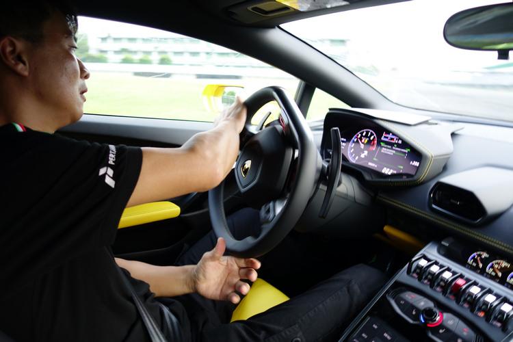 後驅車活潑的車尾動態以及更貼近賽車的調性,對於操作技術的回饋非常明顯。