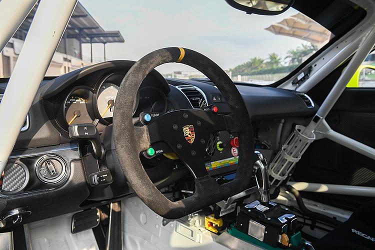 Cayman GT4 Clubsport將不必要的音響、座椅、飾板都拆掉,全車僅1300kg。