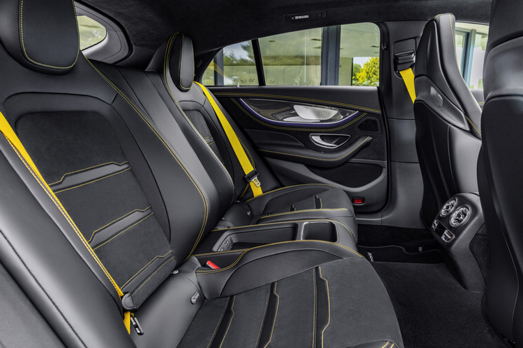 高階車型的雙獨立後座跑車座椅,提供更好的支撐與包覆效果。