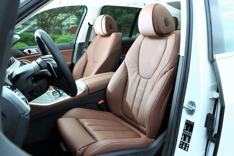 座椅走的是BMW一貫作風,有支撐性卻不死硬。